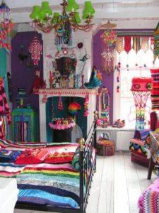 Színes párnák, textilek, kiegészítők egy bohém lakásban