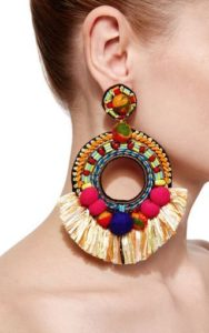 színes bojtos fülbevaló egy nő fülében