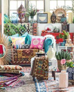Színes párnák, szőnyegek, növények