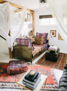 Sok színes párna és szőnyeg a bohém nappaliban
