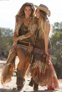 Két vidám lány mintás kaftánban és szoknyában