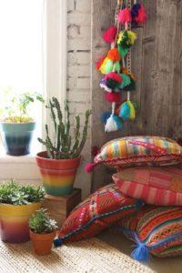 Színes párnák, kaktusz egy sarokban