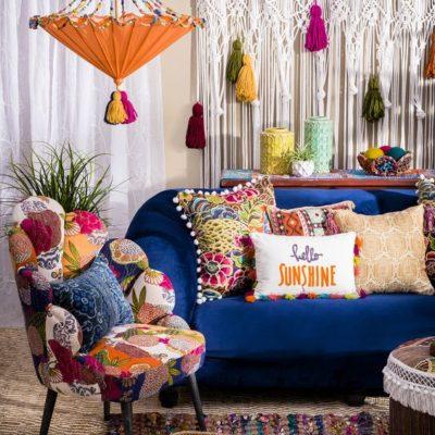 színes párnák egy kék kanapén