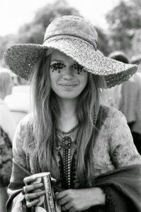 Szép nő bohém nagy kalapban
