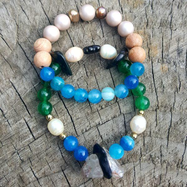 két kék achát gyöngyöt is tartalmazó karkötő