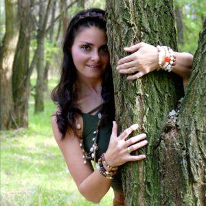 egy lány kukucskál ki egy fa mögül