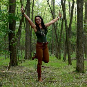 vidám lány egy erdőben