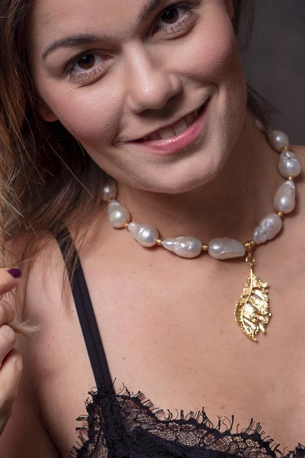 barokk édesvízi gyöngyös nyaklánc levél medállal egy női modellen