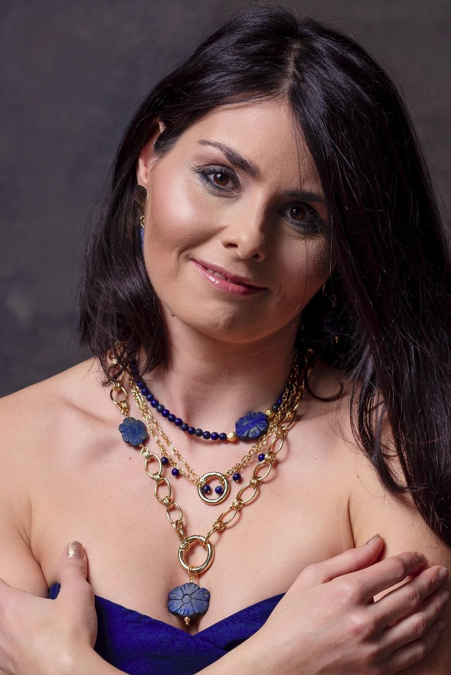 kék virágos szett lápis lazulikkal egy női modellen