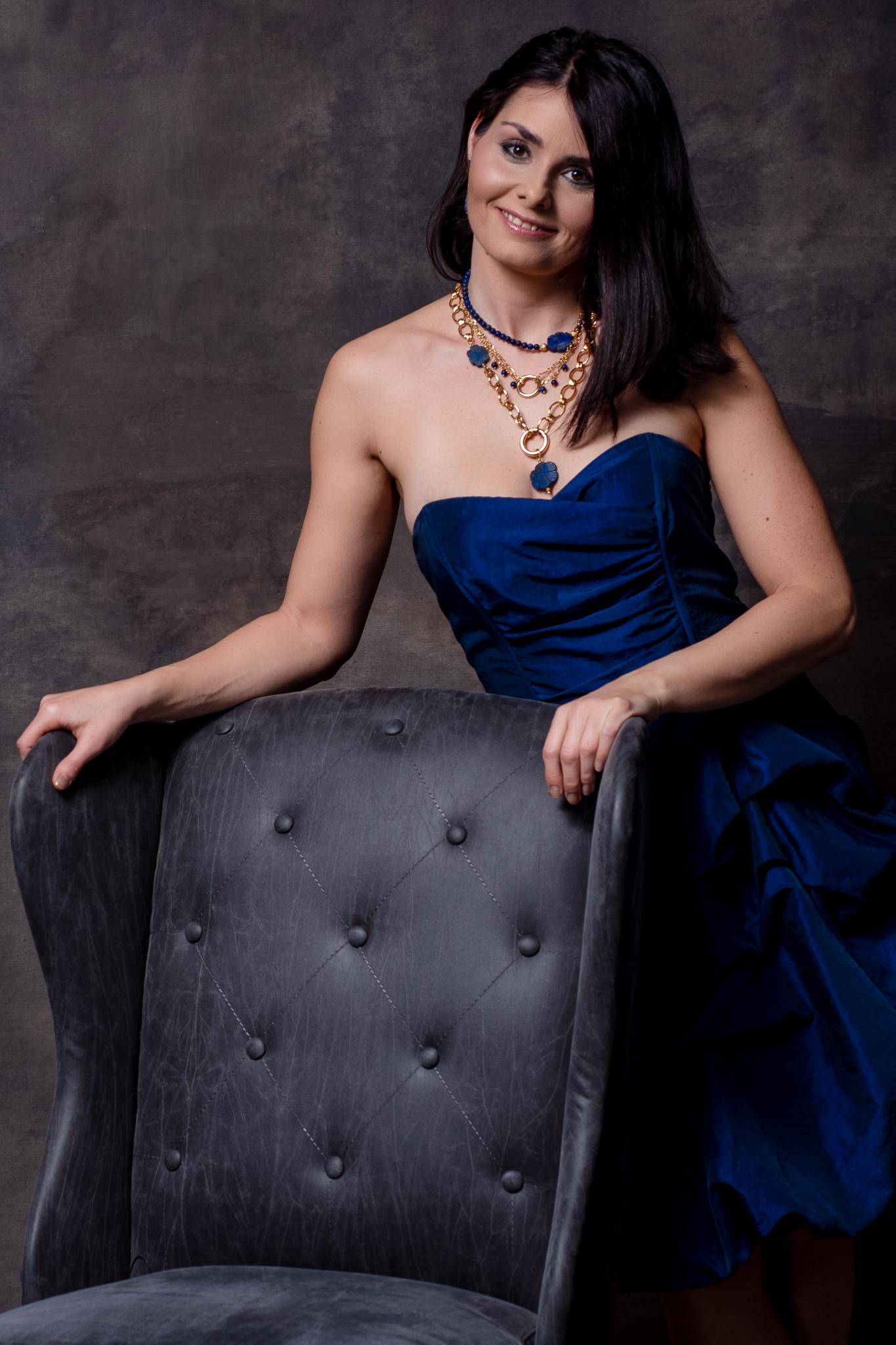 kék virágos szett lápis lazulikkal egy női modellen távoli